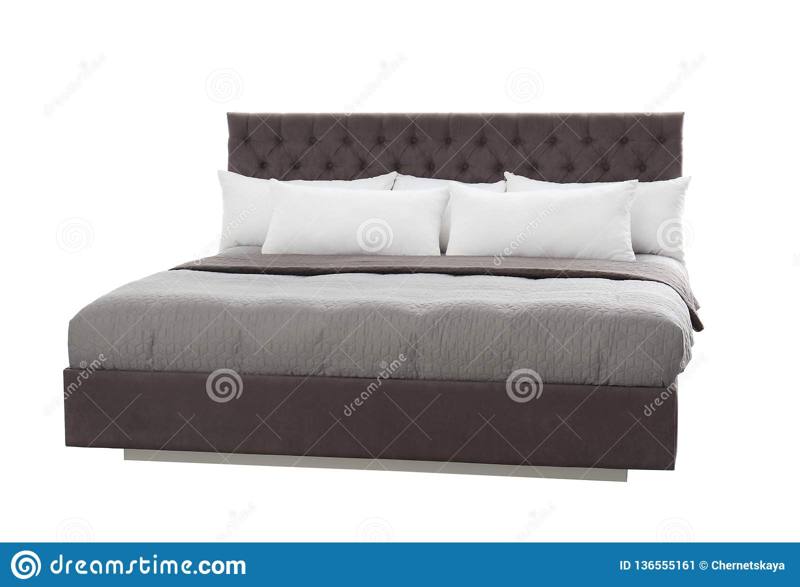 Wygodny łóżko na białym tle Pomysł dla projekta