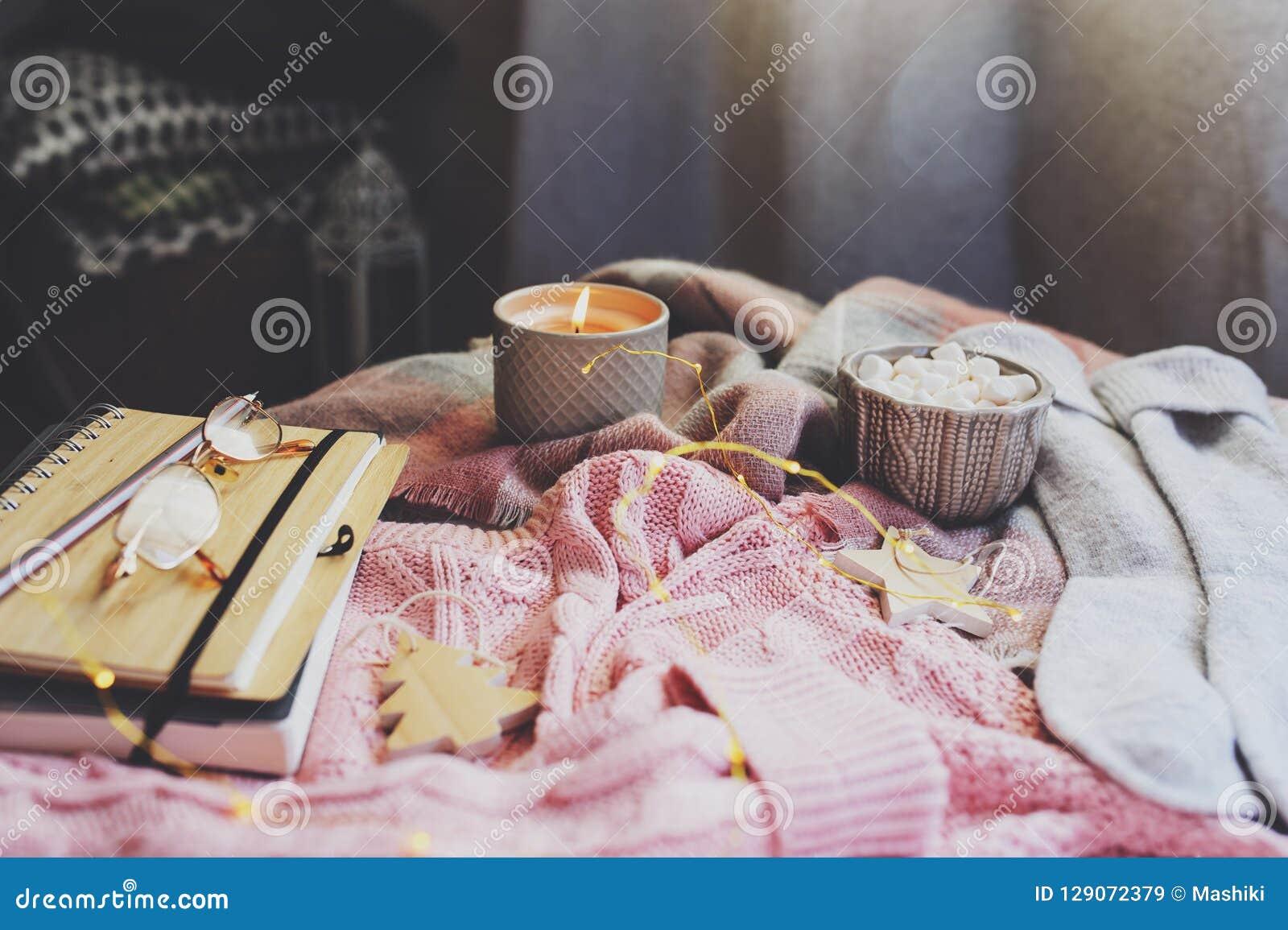 Wygodny jesieni lub zimy ranek w domu Wciąż życie szczegóły z filiżanką gorący kakao, świeczka, nakreślenie książka z herbarium i