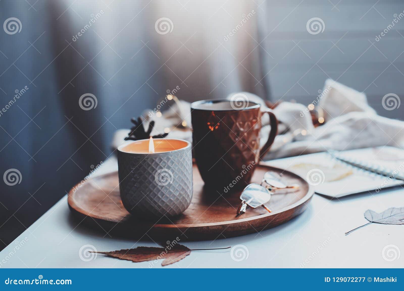 Wygodny jesieni lub zimy ranek w domu Wciąż życie szczegóły z filiżanką herbata, świeczka, nakreślenie książka z herbarium i ciep