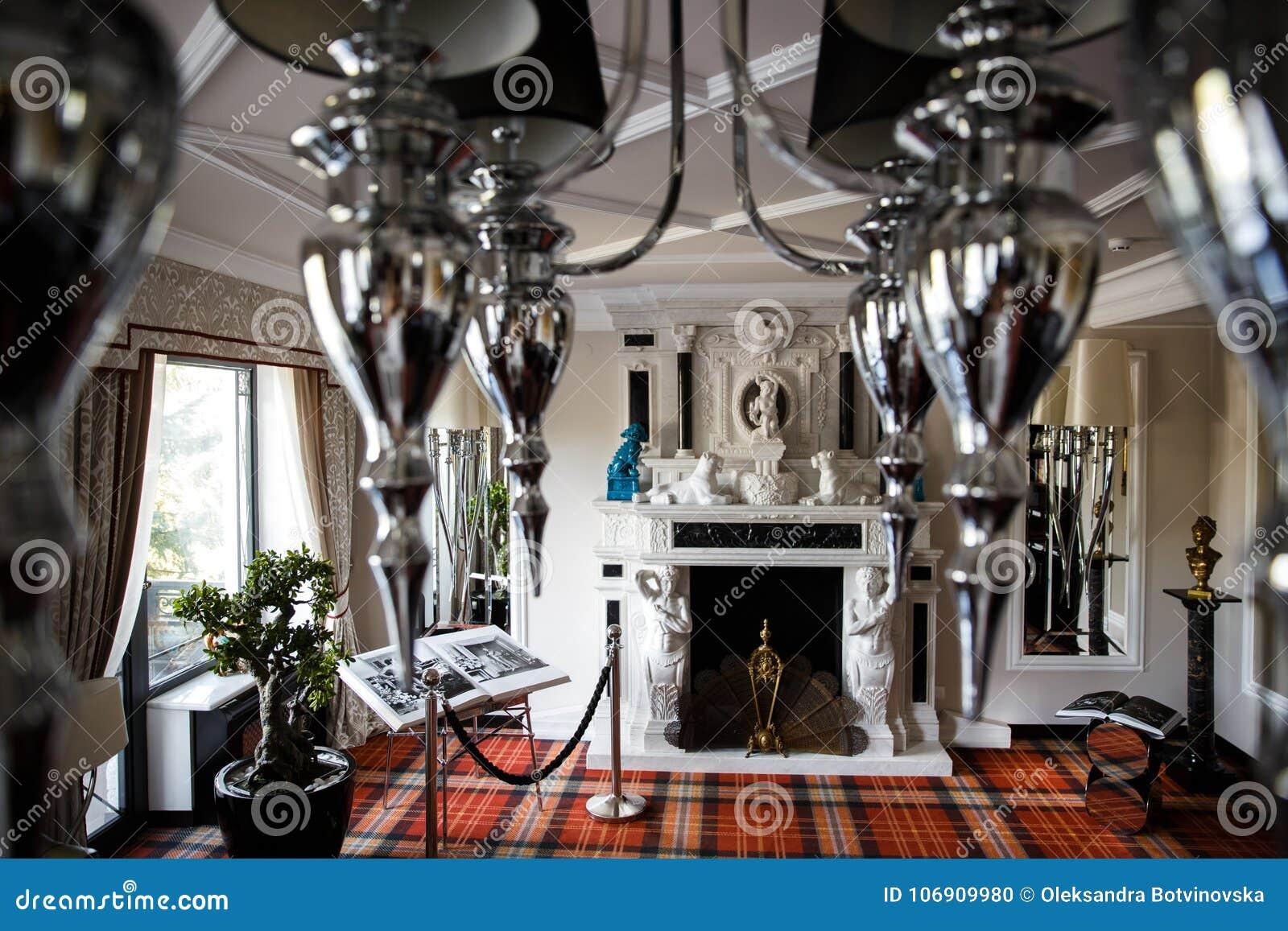 Wygodny pokój z graby i lustra świecznikiem