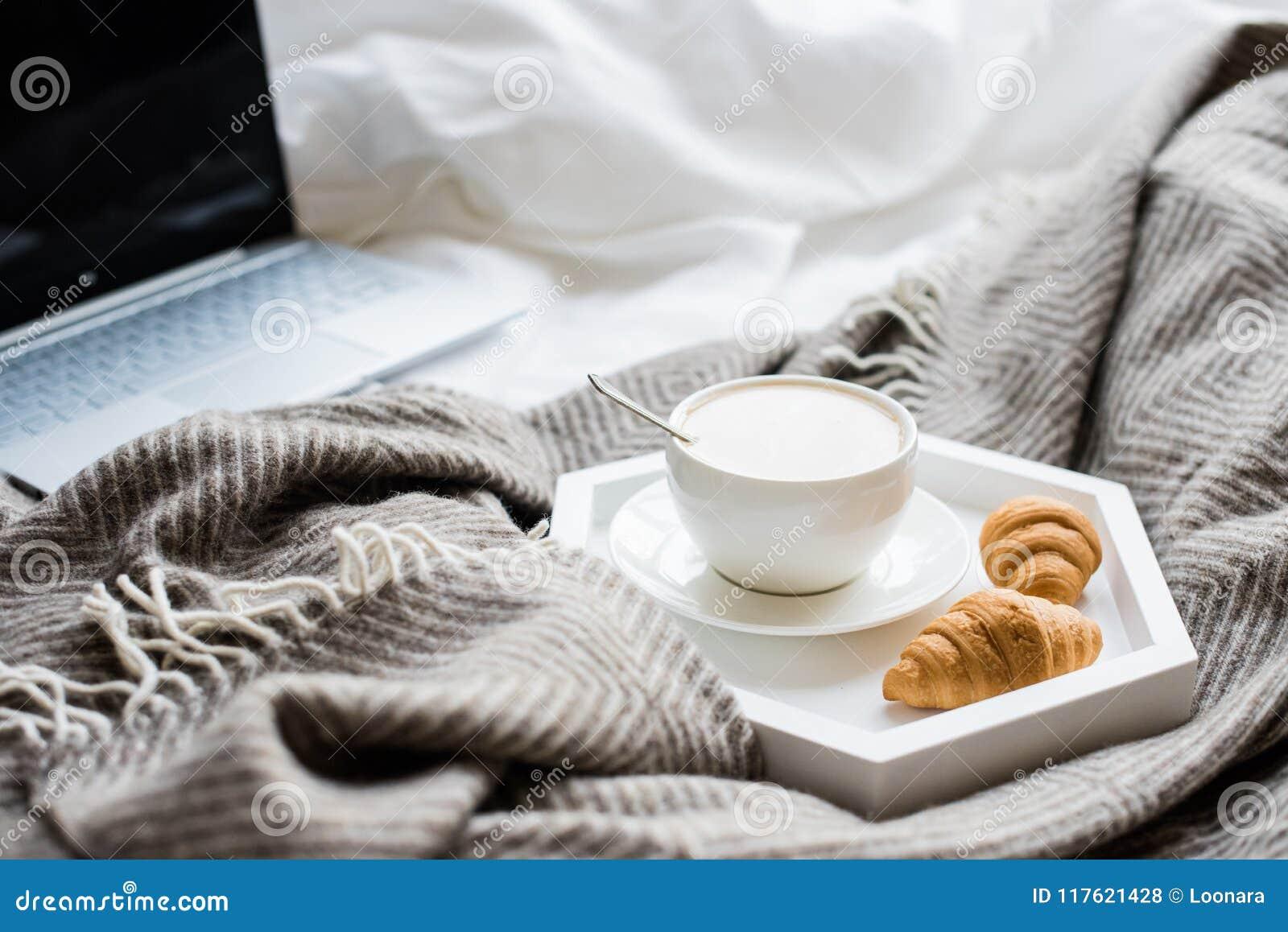 Wygodny Weekend W Domu Laptop I Kawa W łóżku Zdjęcie Stock