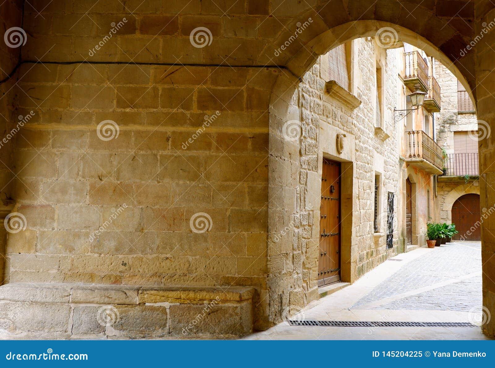 Wygodny wejście podwórze Calaceite wioska, Teruel prowincja, Aragon, Hiszpania