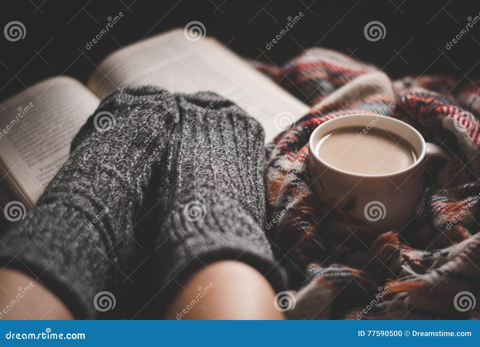 Wygodny wieczór z filiżanką gorąca kawa i książka