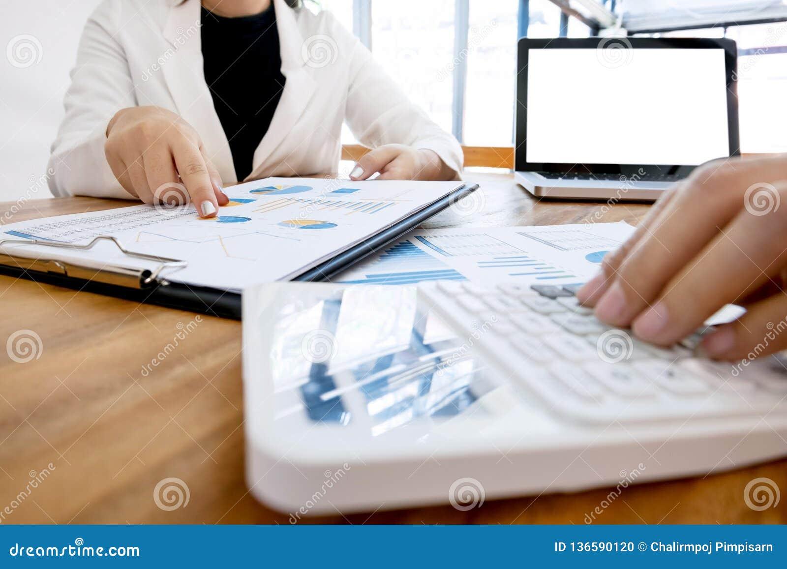 Wykonawcza analiza na dane księgowym używa kalkulatora przy biurem z pustego ekranu laptopem i papierze, biznesowy pojęcie