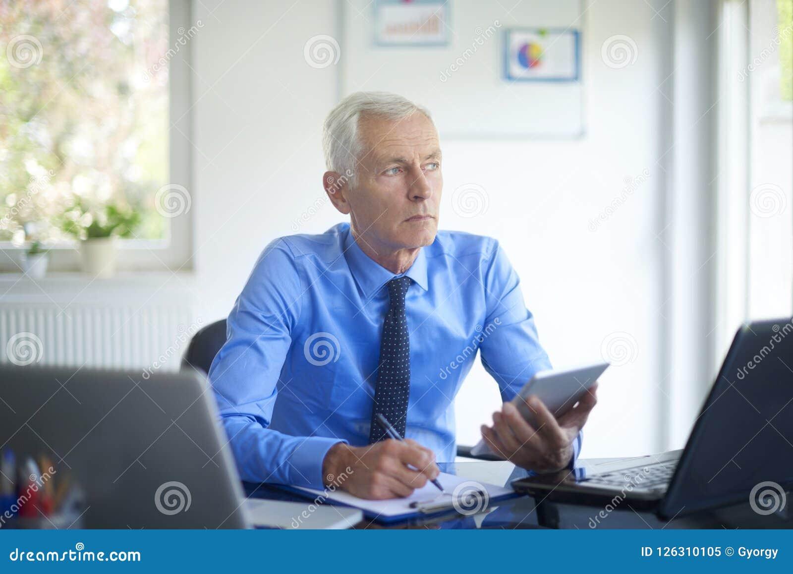 Wykonawczy biznesmen pracuje w biurze