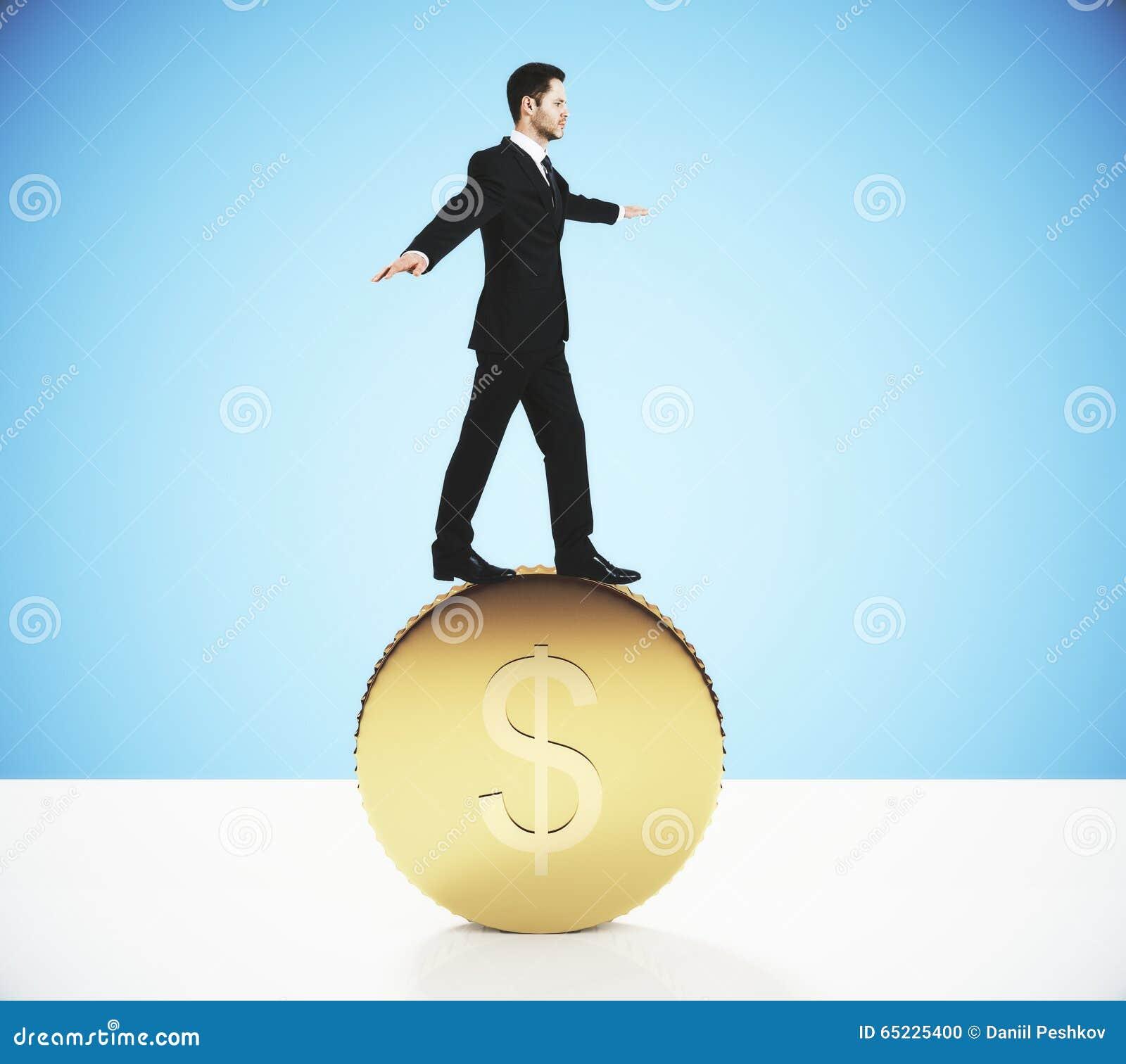 Wymiany walut pojęcie z biznesmenem balansuje na dużym złocie