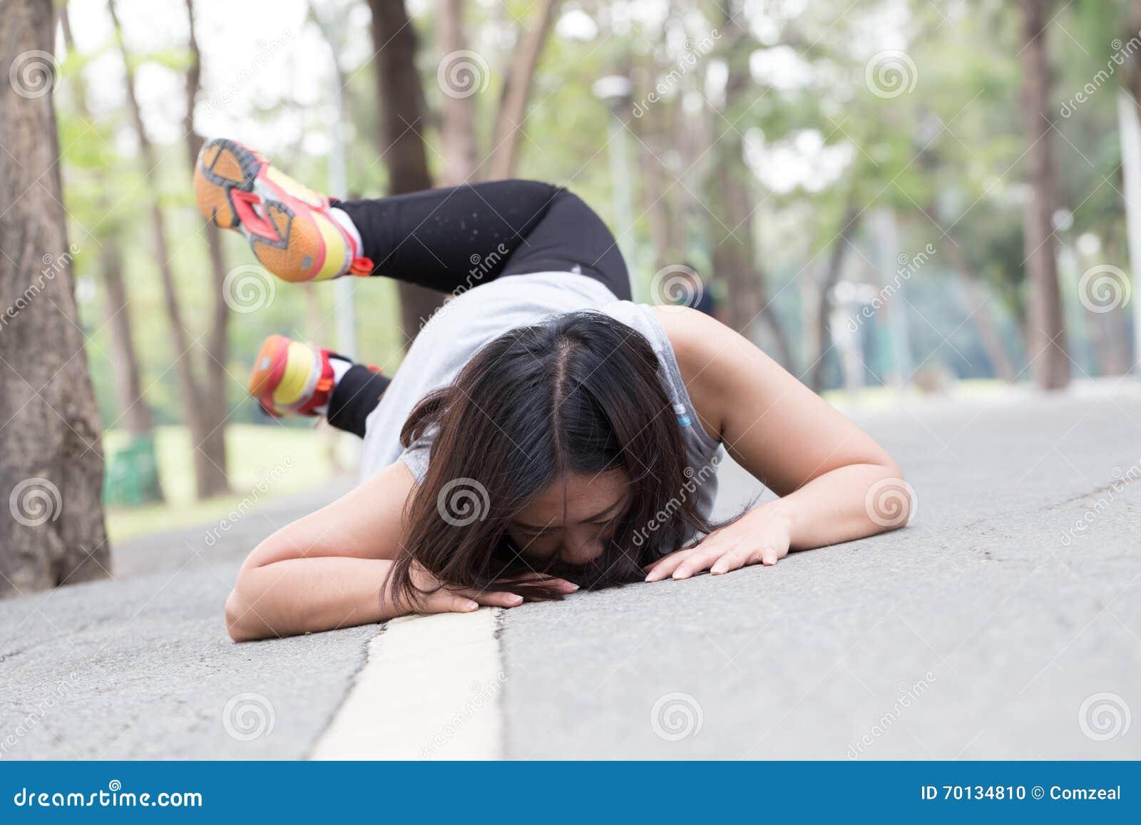 Wypadek ono potyka się i spada podczas gdy jogging