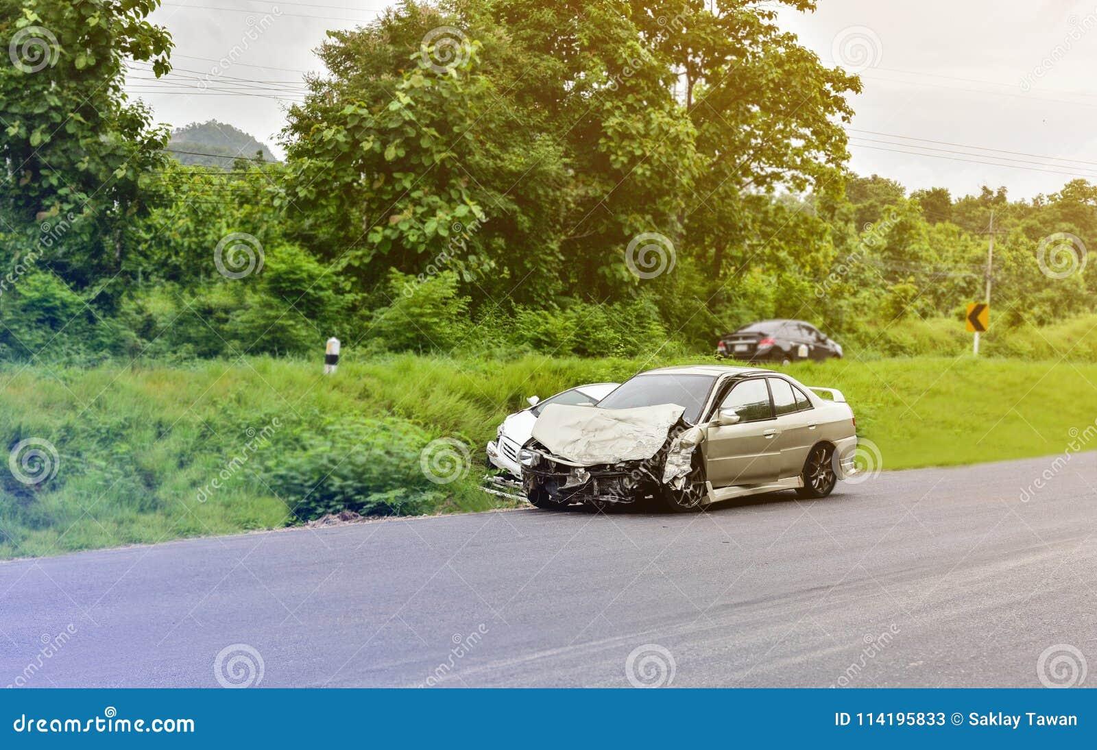 Wypadek samochodowy na drodze