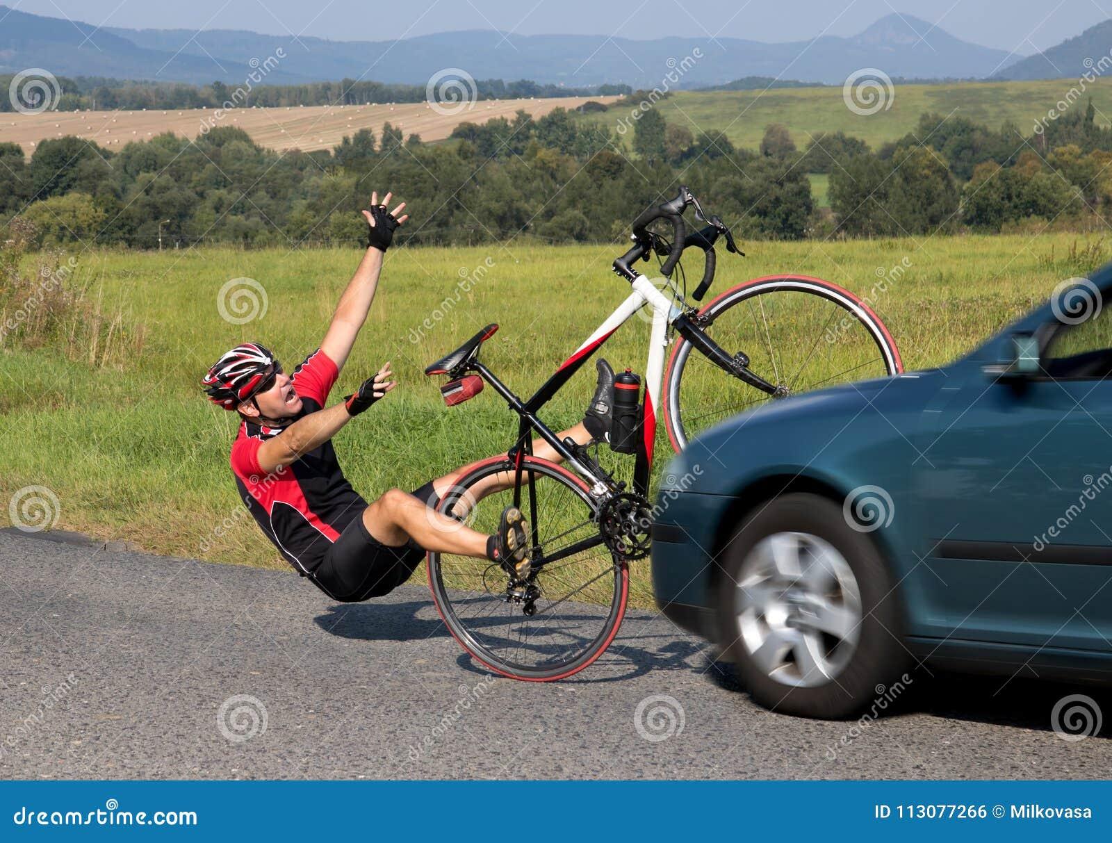Wypadkowi samochody z rowerzystą