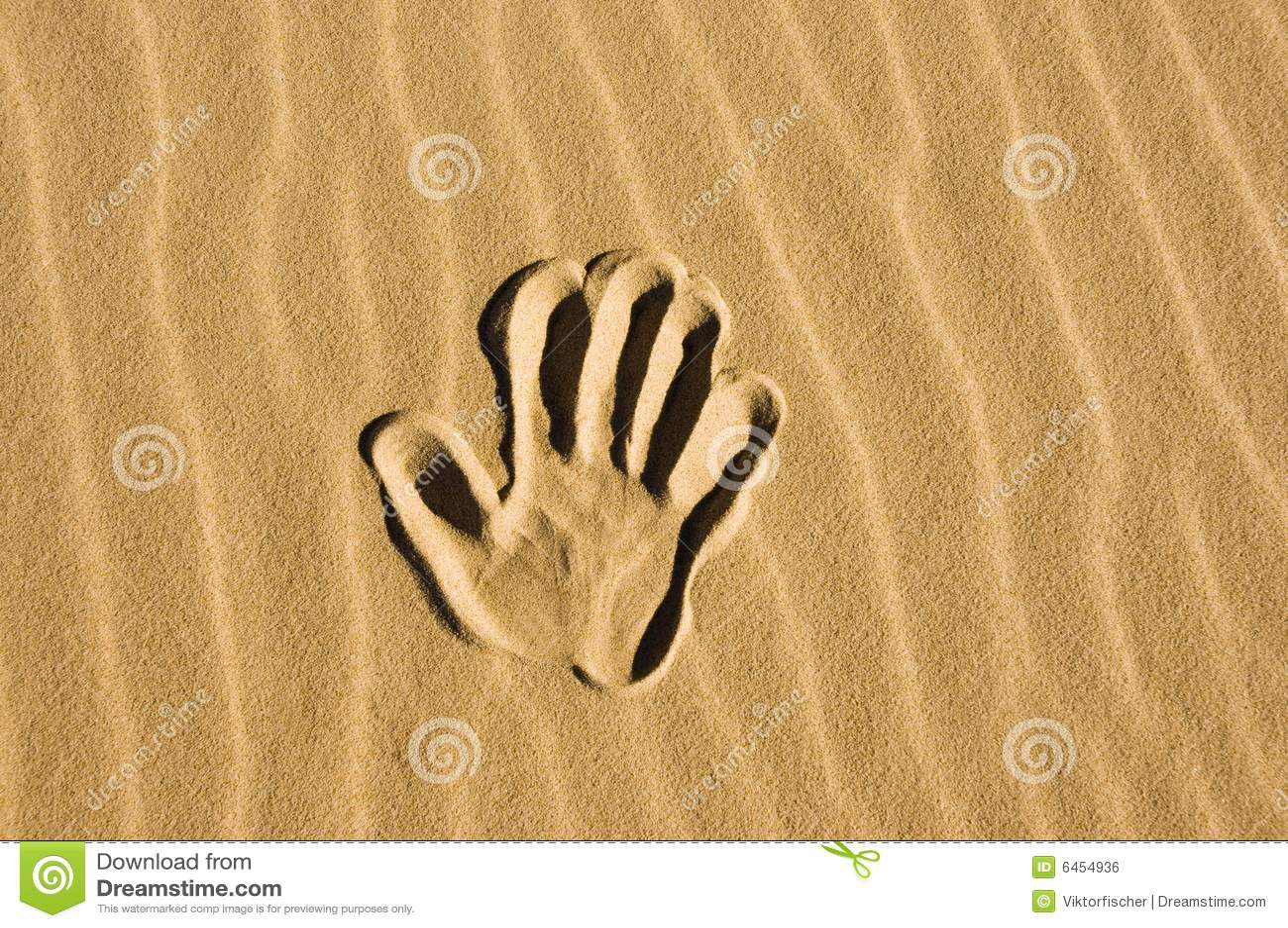 Wypatroszone ręka piasku