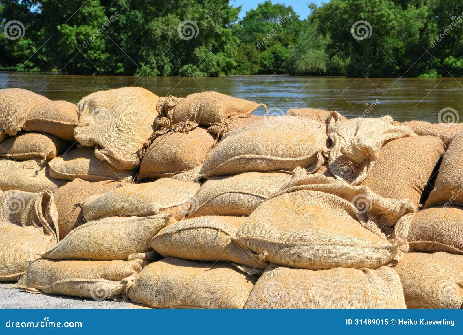 Wypełniający worek z piaskiem jako ochrona przeciw powodziom