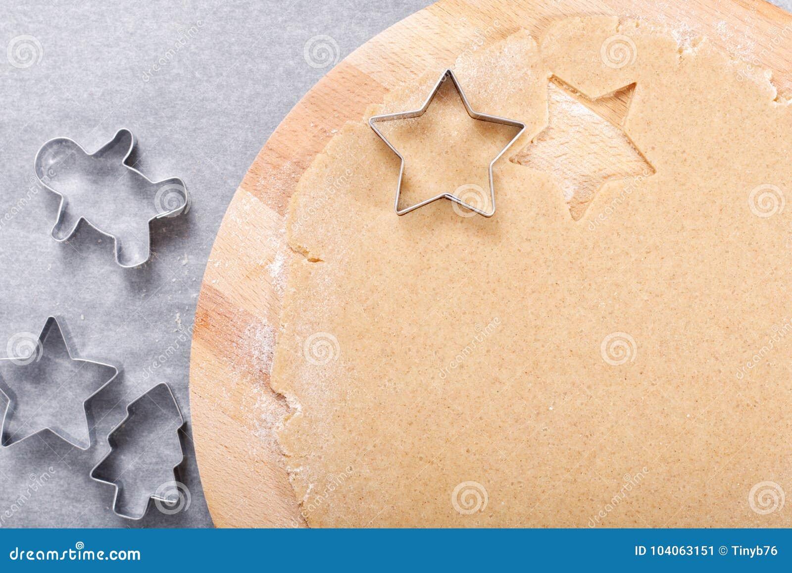 Wypiekowego pojęcia masła cukrowych ciastek Domowej roboty organicznie ciasto na round drewnianej deski i ciastko krajacza różnor