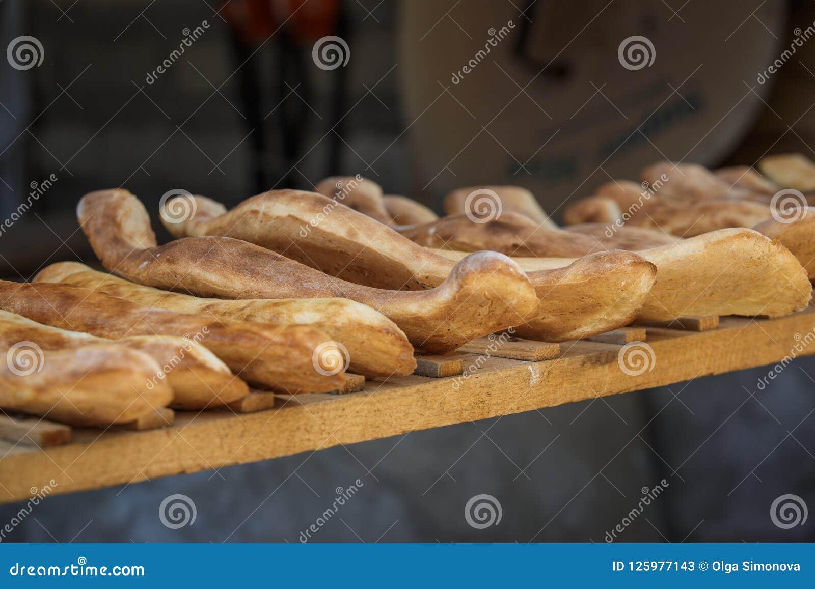 Wypiekowy Gruziński chleb w glinianym piekarnika tandoor