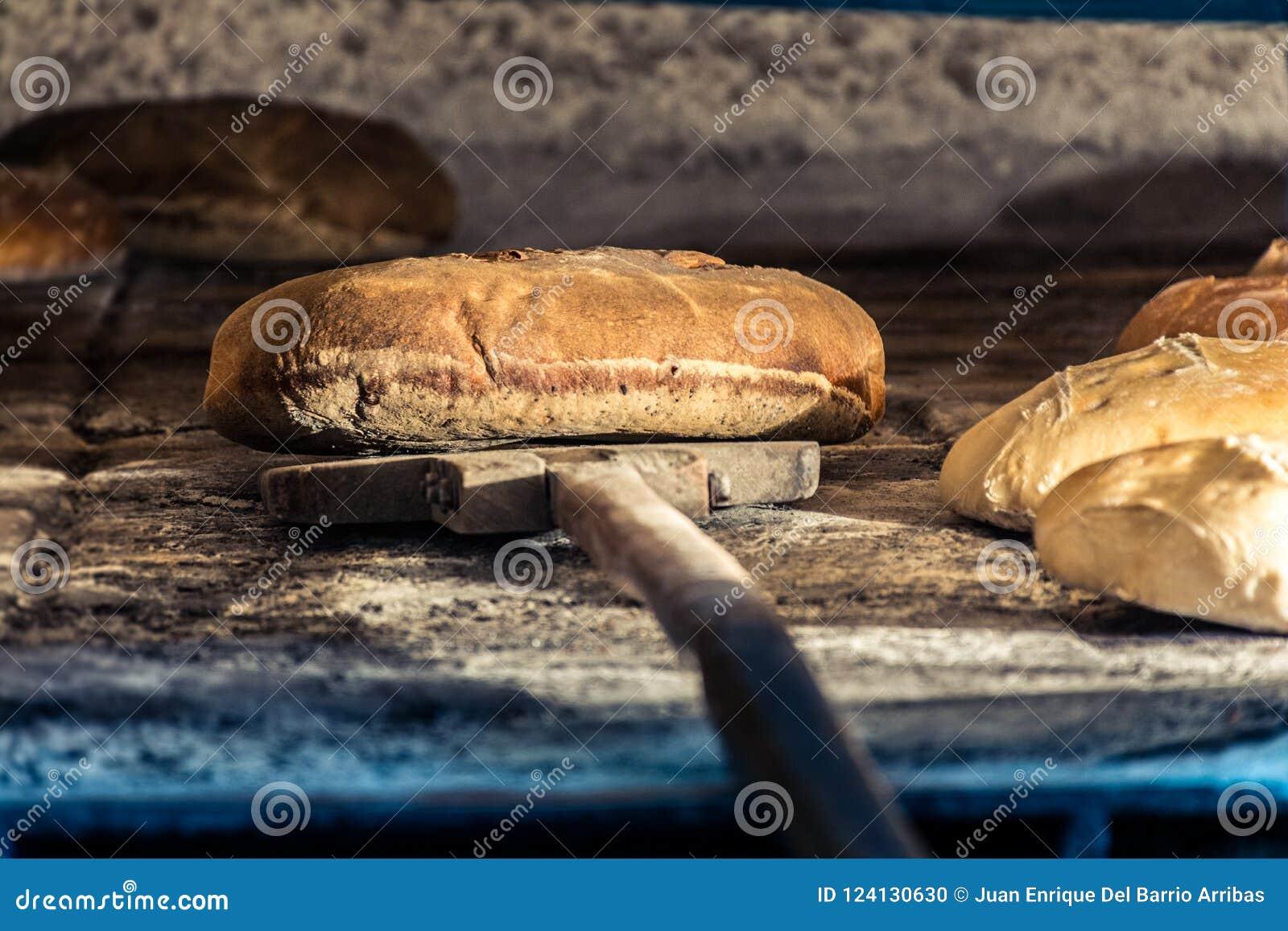 Wypracowanie chleb w tradycyjnym drewnianym piekarniku