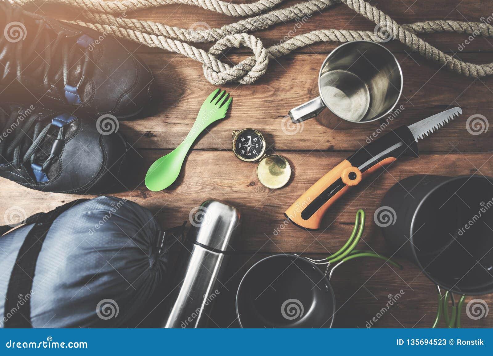 Wyprawy campingowy wyposażenie na drewnianym deski tle