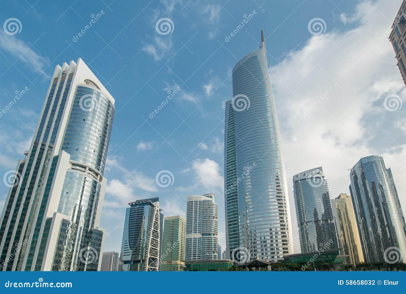 Wysocy drapacze chmur w Dubaj blisko nawadniają