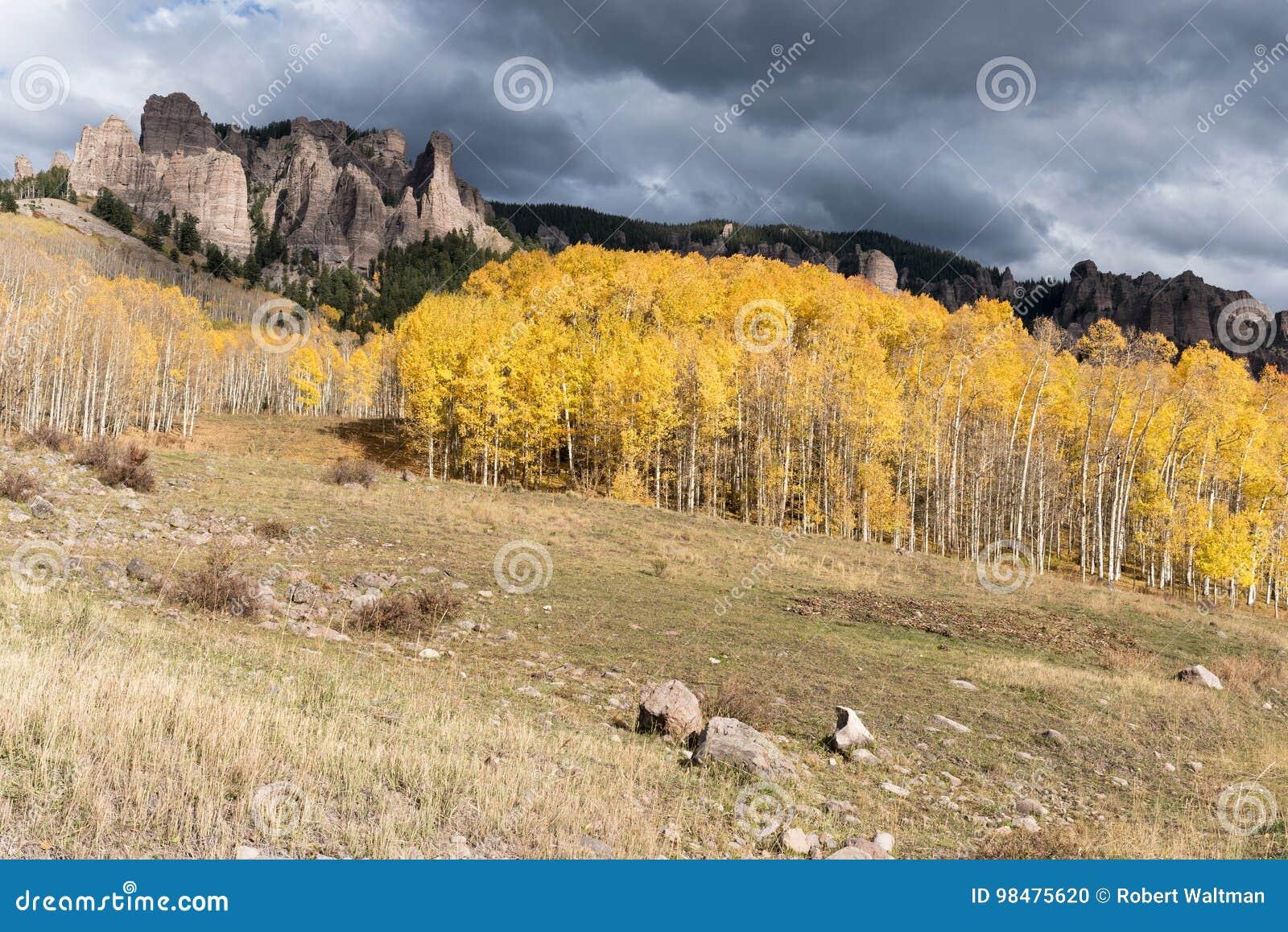 Wysocy mesa pinakle w Cimarron dolinie Kolorado