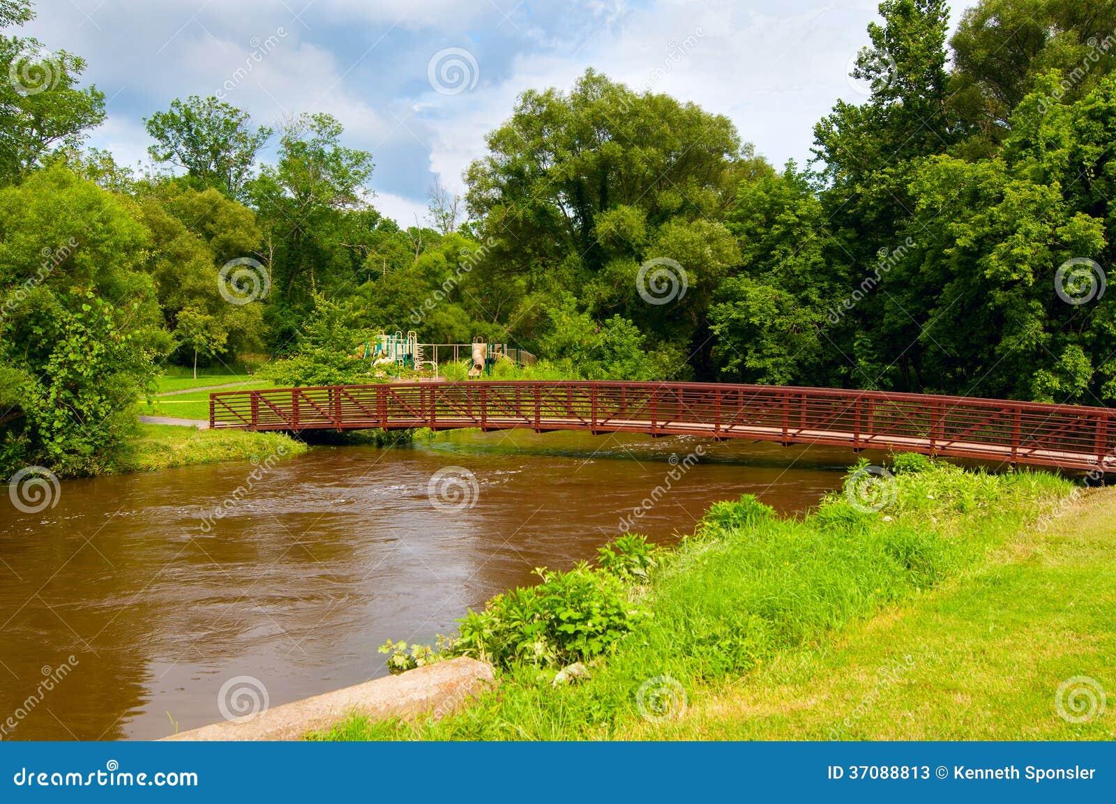 Download Wysoka woda obraz stock. Obraz złożonej z strumień, footbridge - 37088813