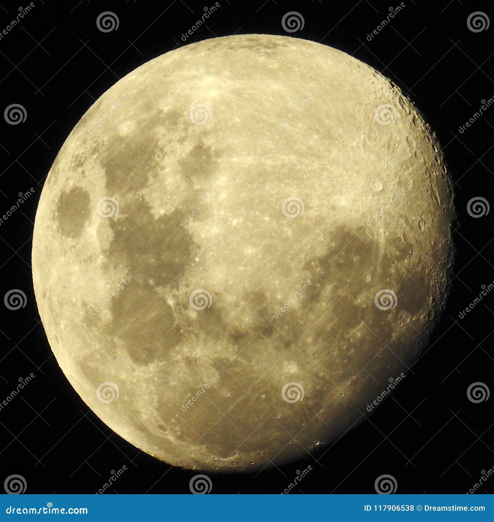 Wysoki kontrast księżyc