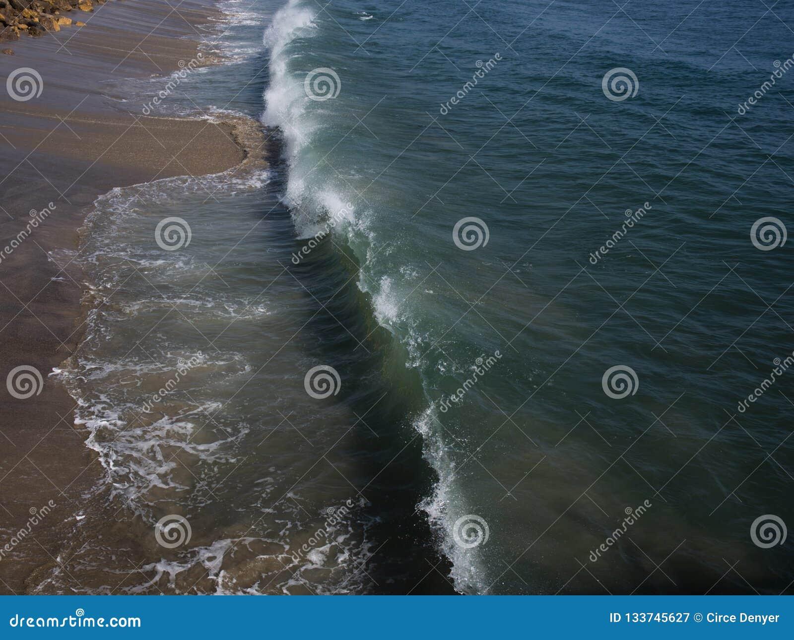Wysokiego kąta widok rozbija fala przy Malibu plażą