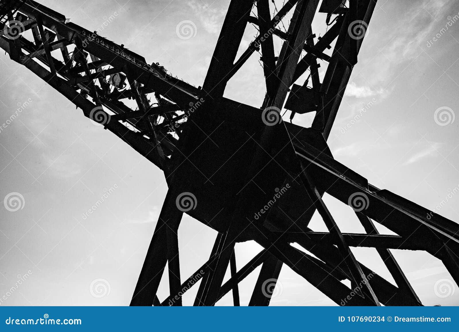 Wysokiego kontrasta fotografia reveiling metal struktury krzyż na wieży eifla