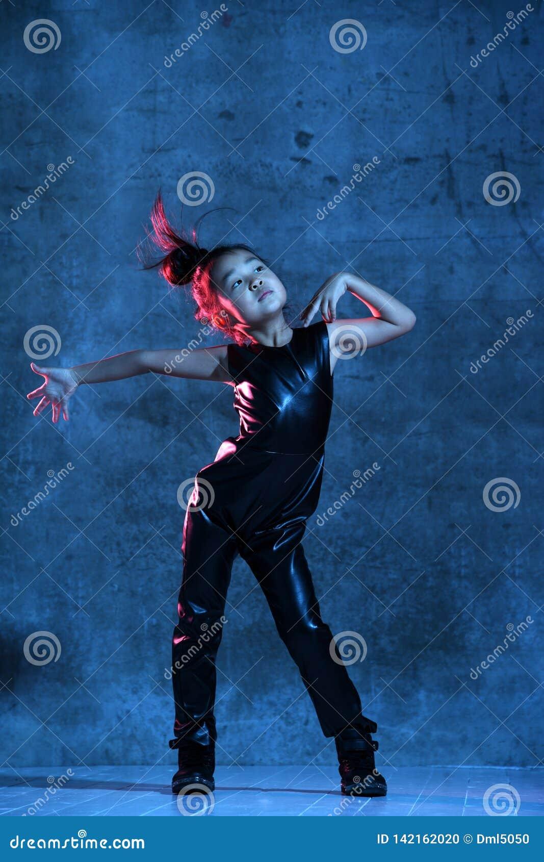 Wysokiej mody azjaty modela dziewczyna w kolorowy jaskrawy neonowy ultrafioletowy błękitnym i purpurach zaświeca patrzeje w górę