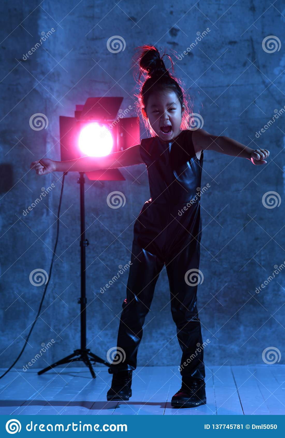 Wysokiej mody azjaty modela dziewczyna z pracownianym światło reflektorów kolorowym uzupełnia rozochocony