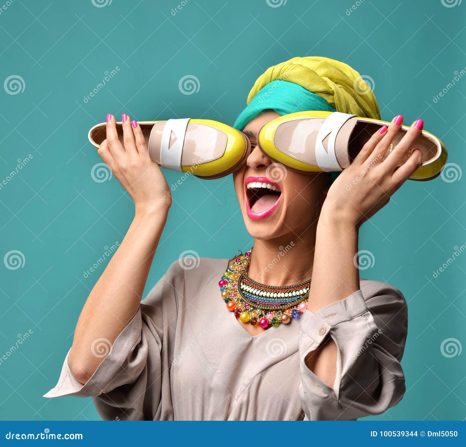 Wysokiej mody spojrzenia splendoru kędzierzawego włosy piękna Amerykańska kobieta z błękita i żółtych butów zamkniętymi oczami