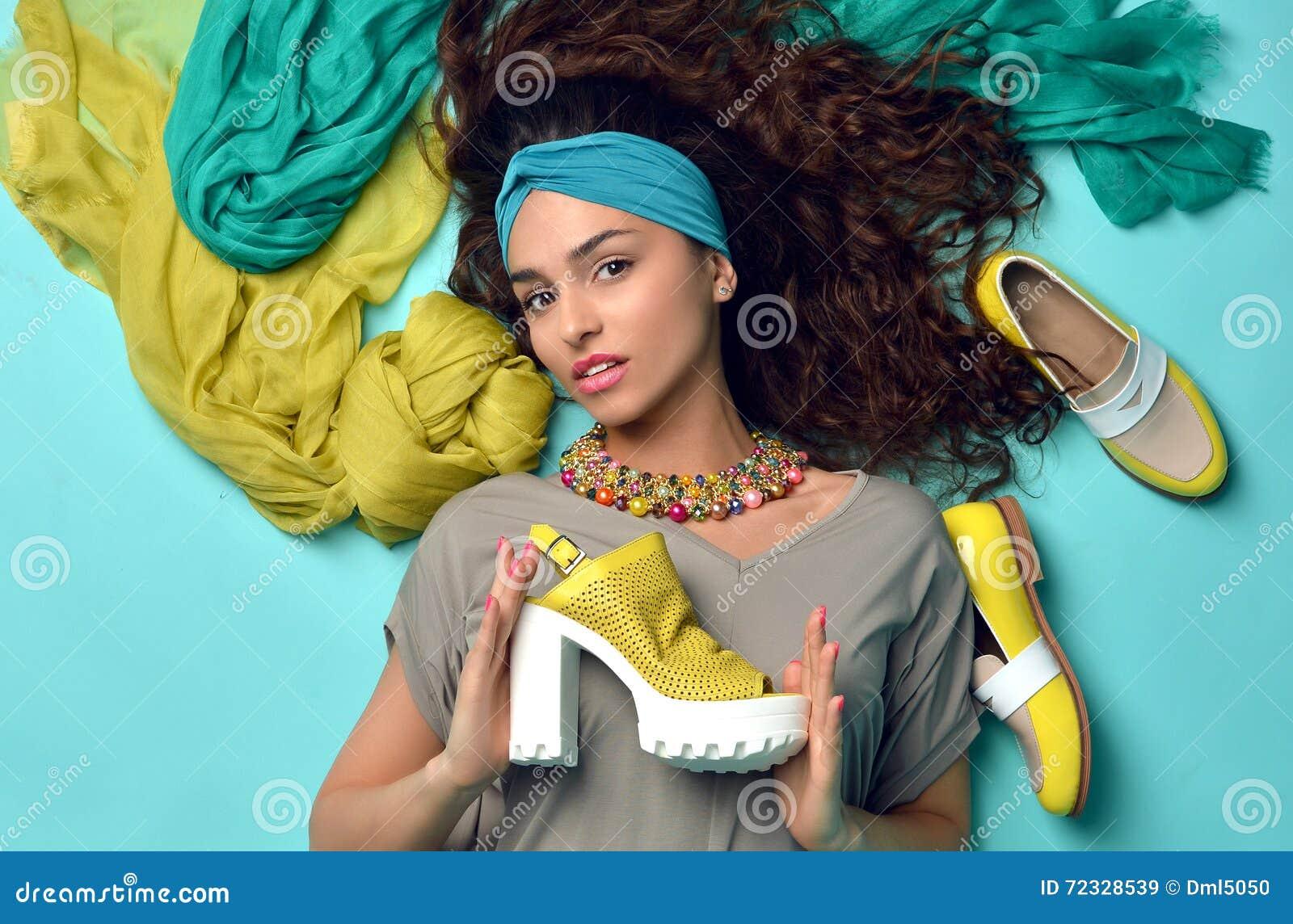 Wysokiej mody spojrzenia splendoru kędzierzawego włosy piękna kobieta z błękitem a