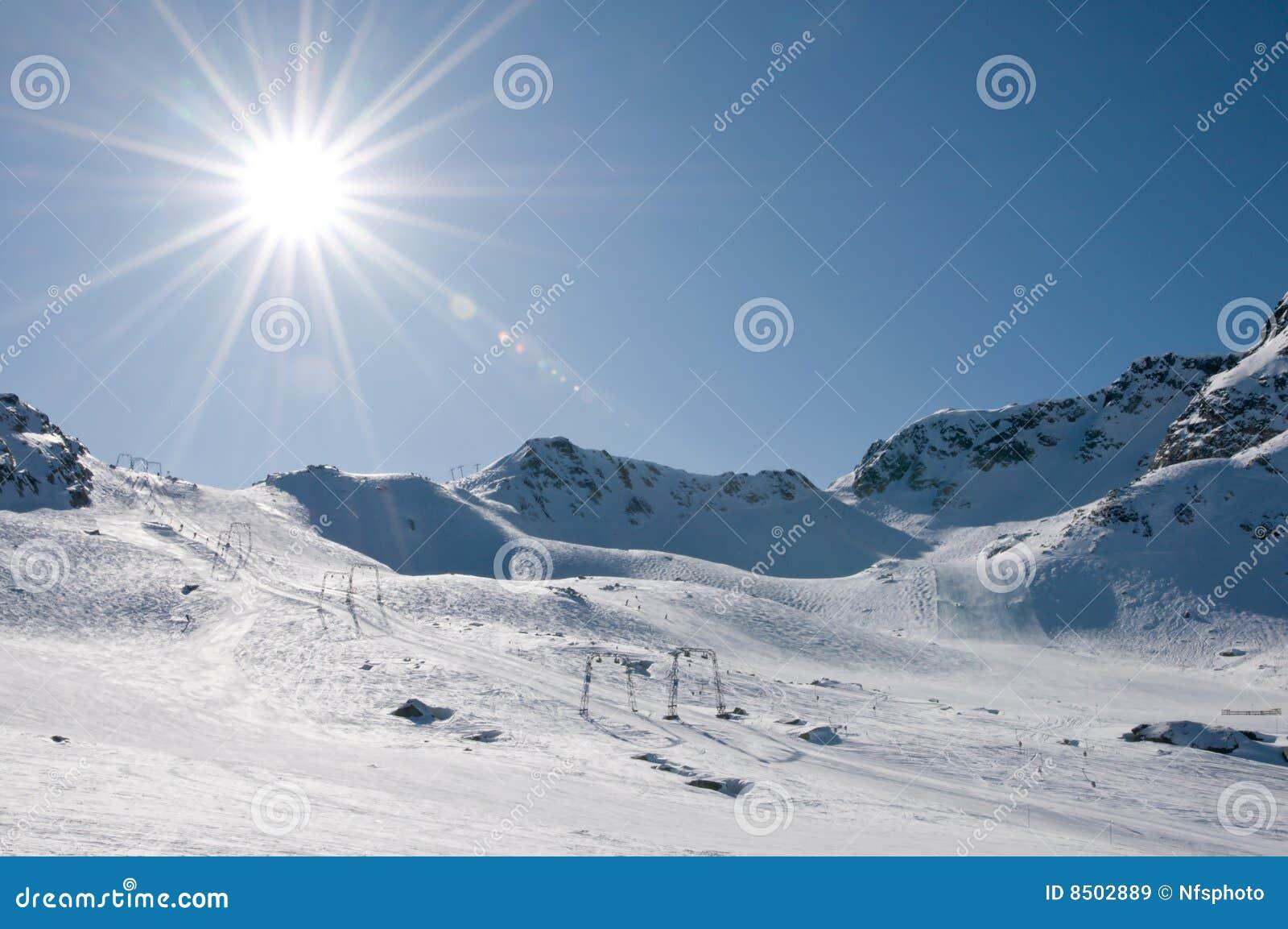 Wysokość racy wysokiego dźwignięcia kurortu narty słońce