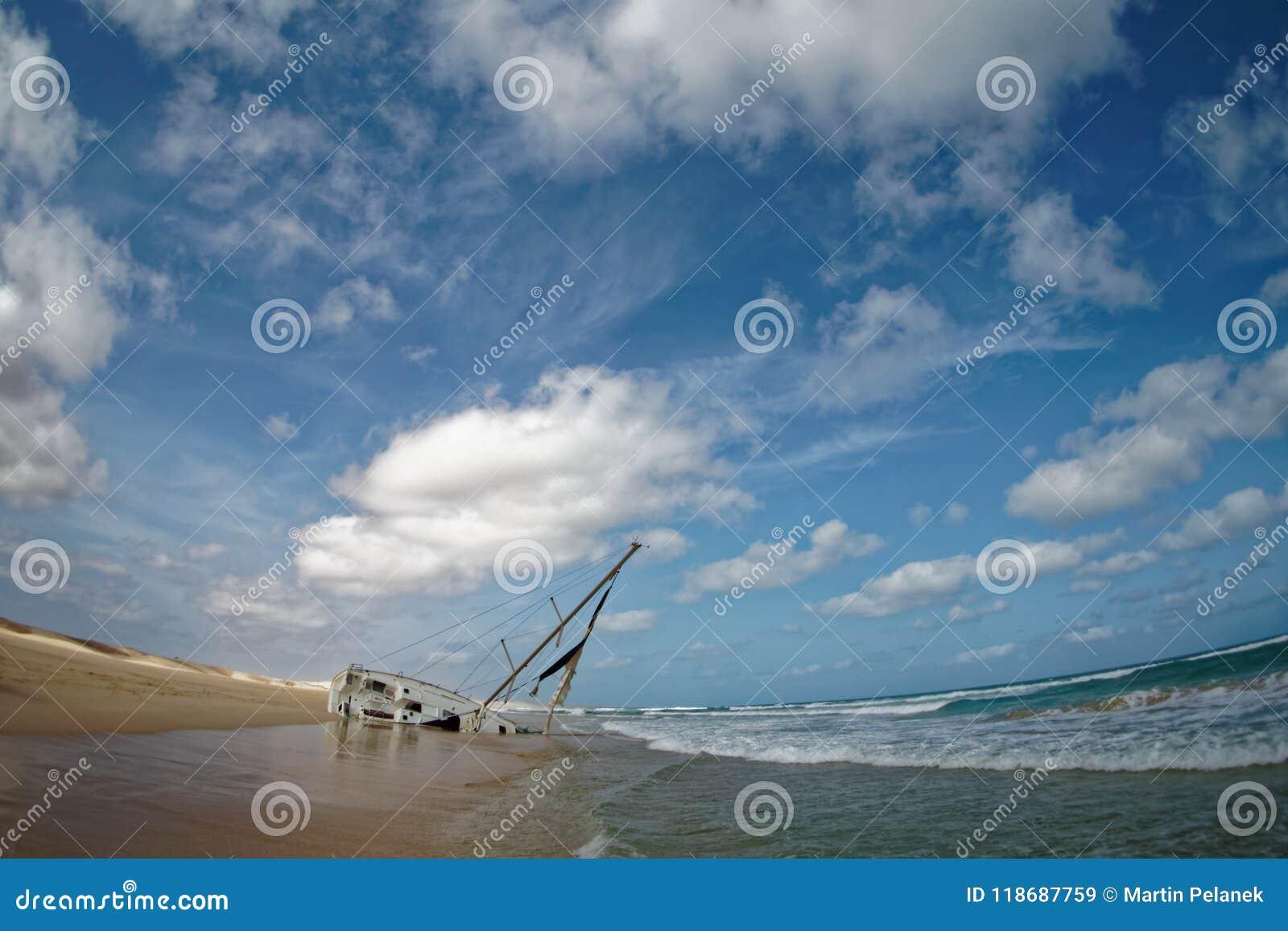 Wyspa boa Vista w przylądku Verde, krajobraz - nadmorski z shipwreck żeglowanie statek