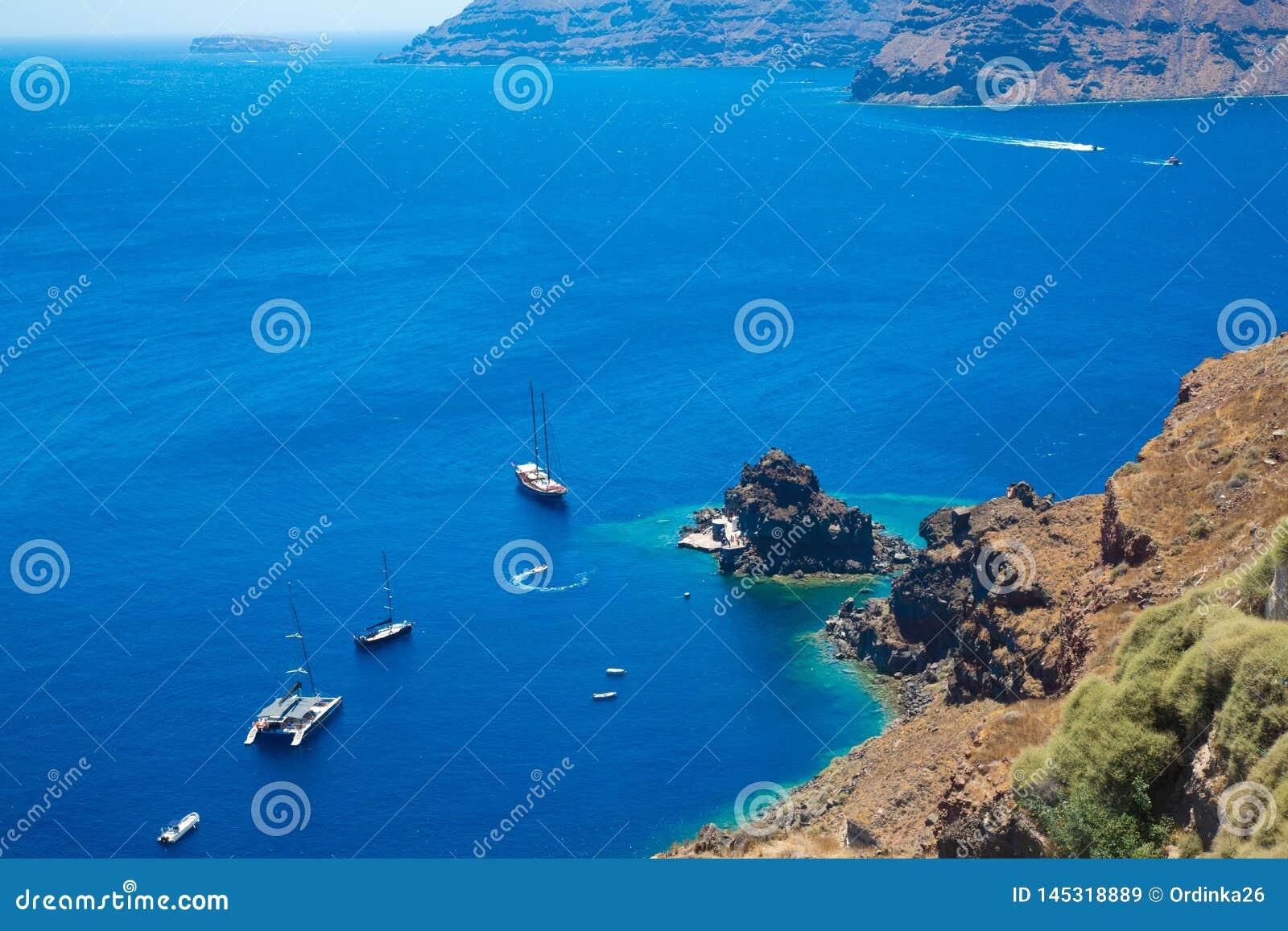Wyspa Santorini, Crete, Grecja: Biali rejs ?odzi statki na t?a b??kita morzu Odg?rny widok
