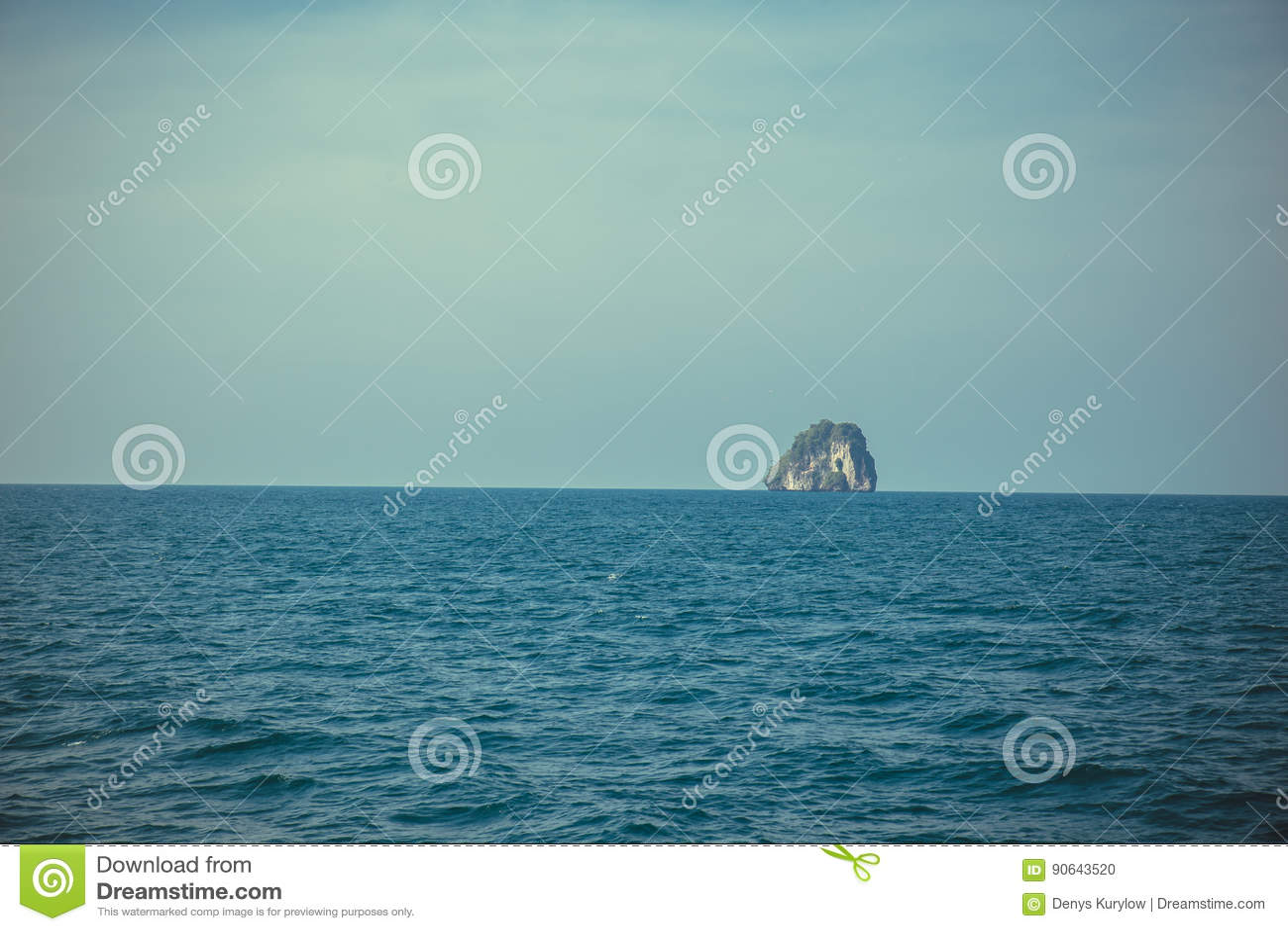 Wyspy rockowy niezależny nadmierny morze i niebieskie niebo strzału szeroki tło Tajlandia