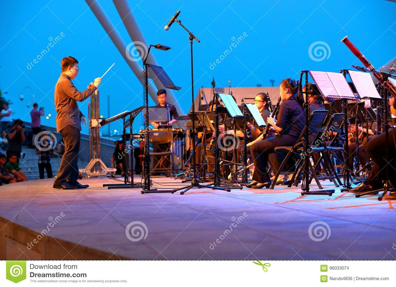 Występ przy esplanada Plenerowym teatrem Singapur