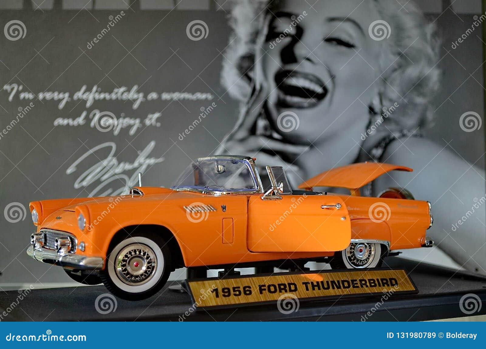 Wystawa retro samochody Kabriolet samochodowy «Ford Thunderbirg «Także znać pod akronimu ptakiem, Rok manufaktura 1956