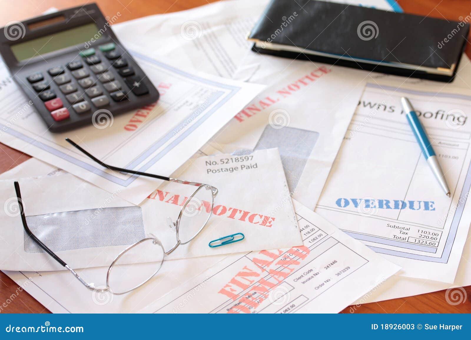 Wystawia rachunek kalkulatora niepłatnego zaległy stołowy