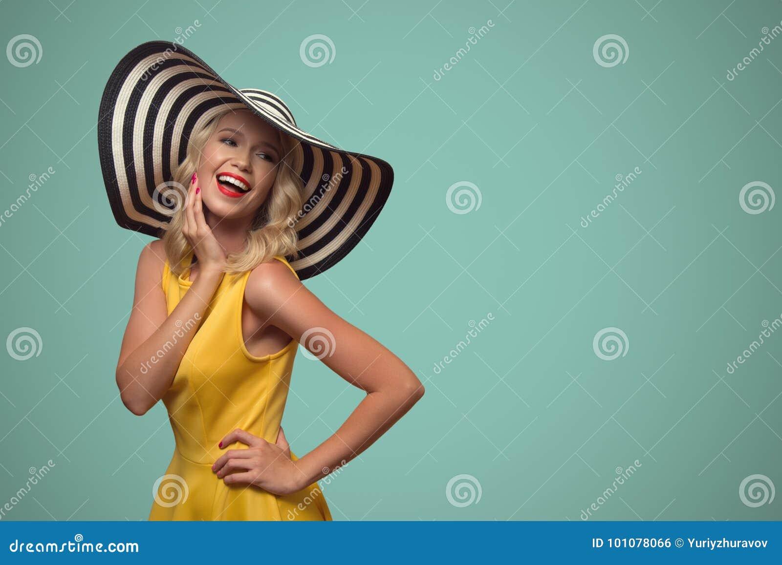 Wystrzał sztuki portret piękna kobieta w kapeluszu niebieska tła