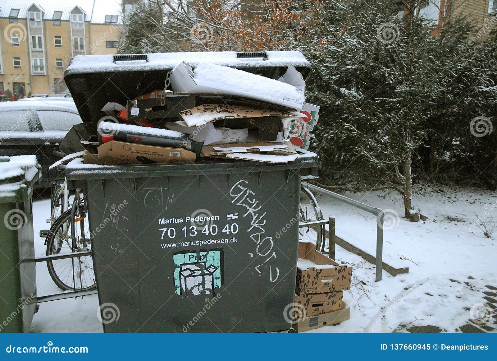 Wystrzału odpady usuwa należni o śnieżni spadki wietrzeje