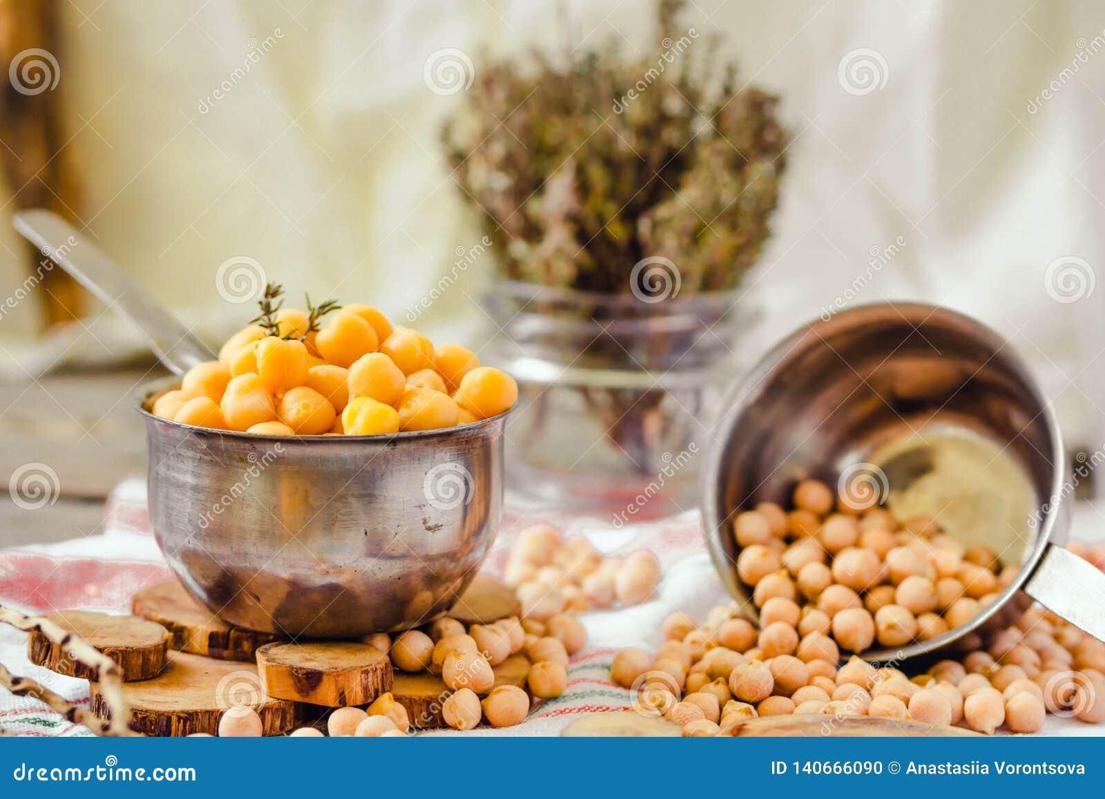Wysuszeni i gotowani chickpeas Jarska proteina Susi tymiankowi sprigs w słoju Zdrowy styl życia i zrównoważony karmowy pojęcie se