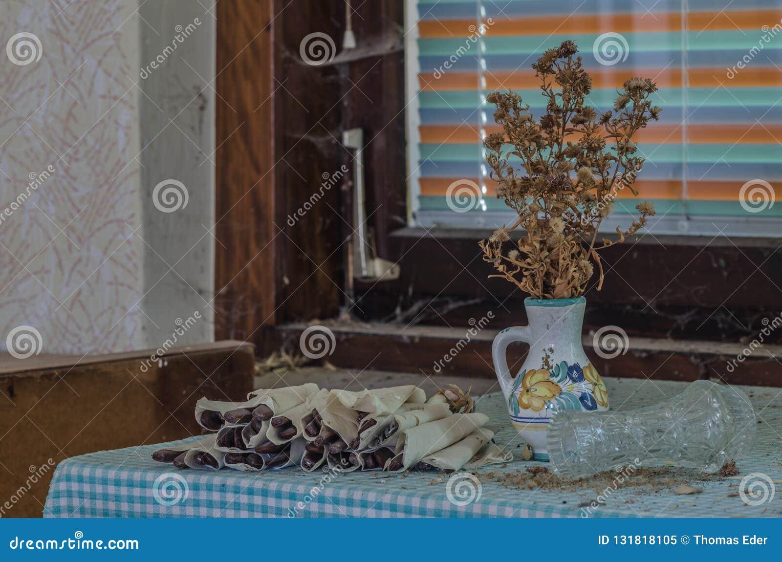 Wysuszona roślina i cutlery