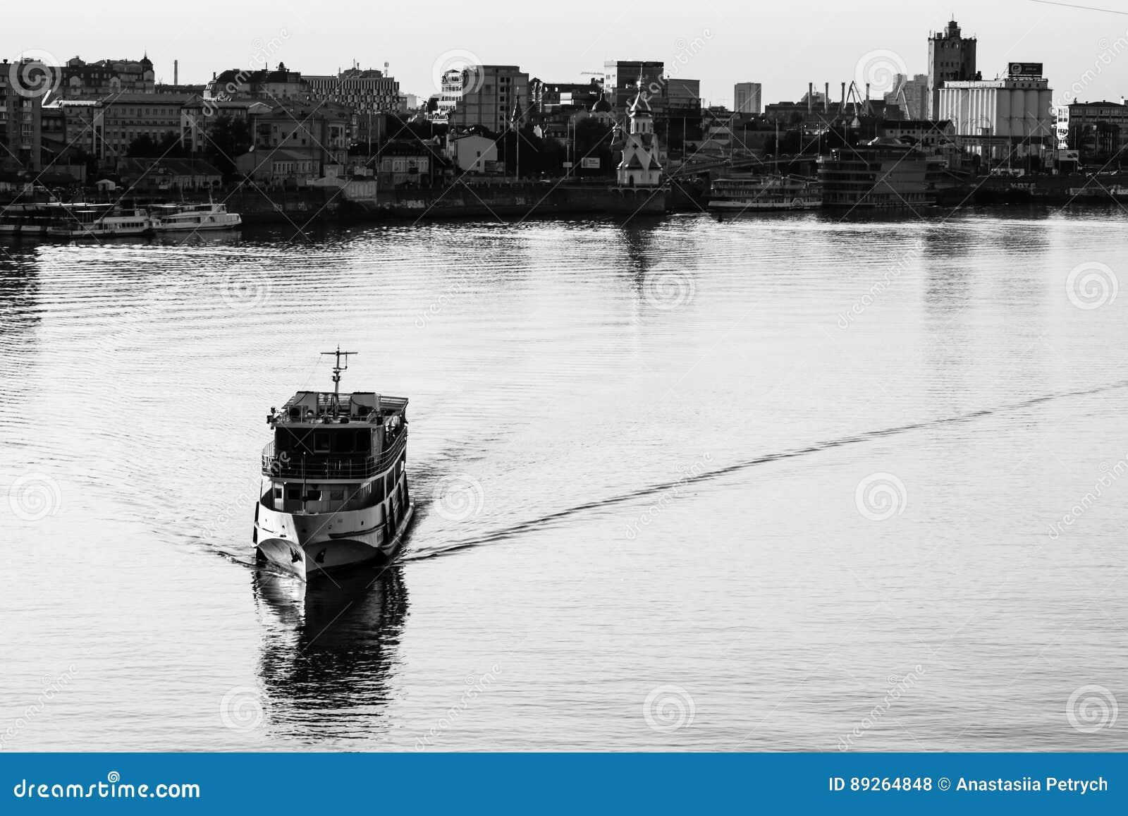 Wysyła żeglowanie w wodzie z miastem w tle