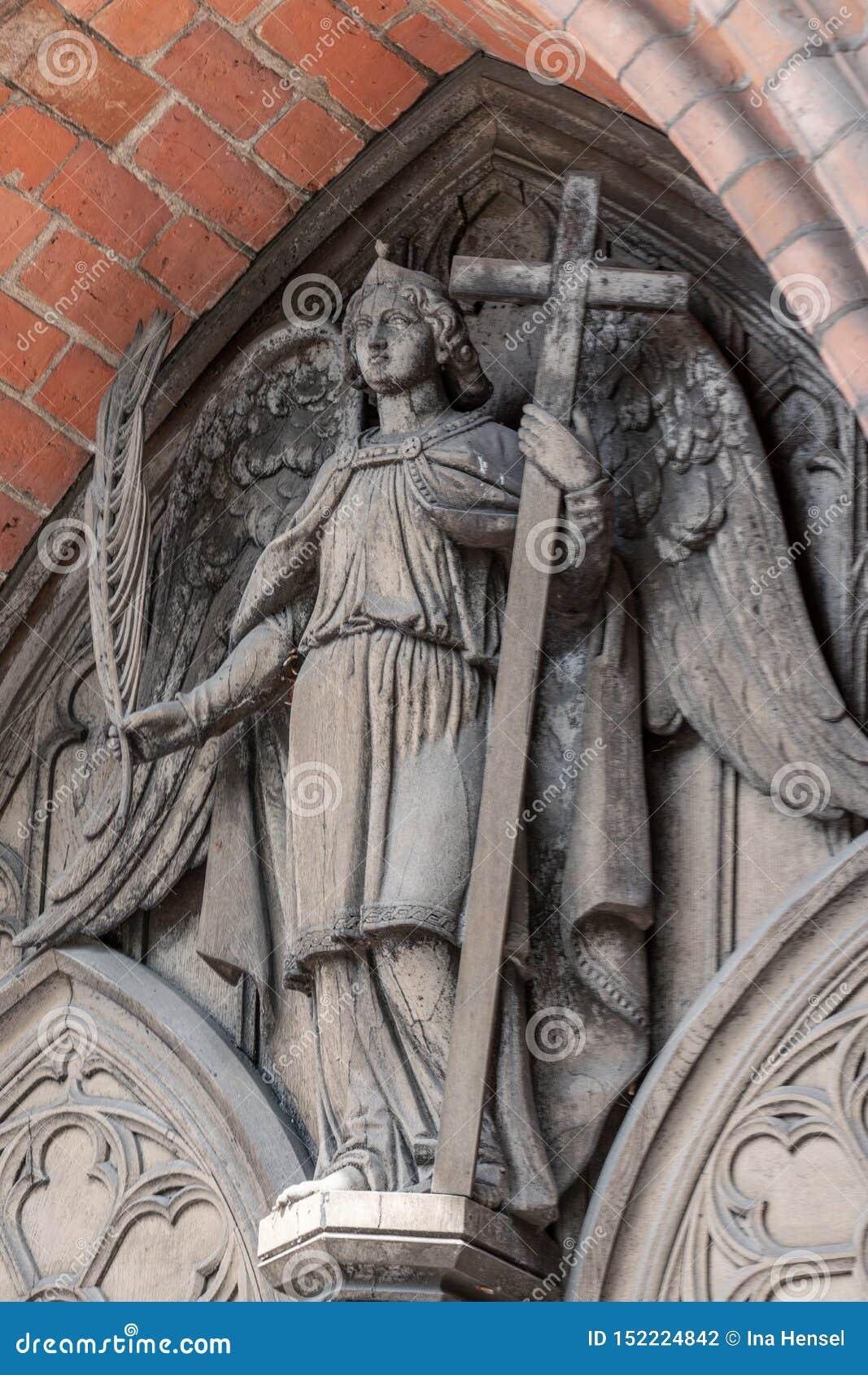 Wyszczególnia fotografię anioł przy Złą Doberan katedrą