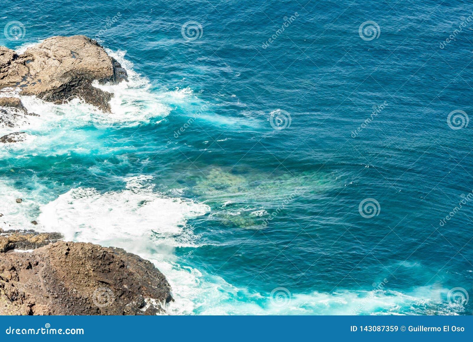 Wyszczególnia wizerunek skalisty wybrzeże Tenerife
