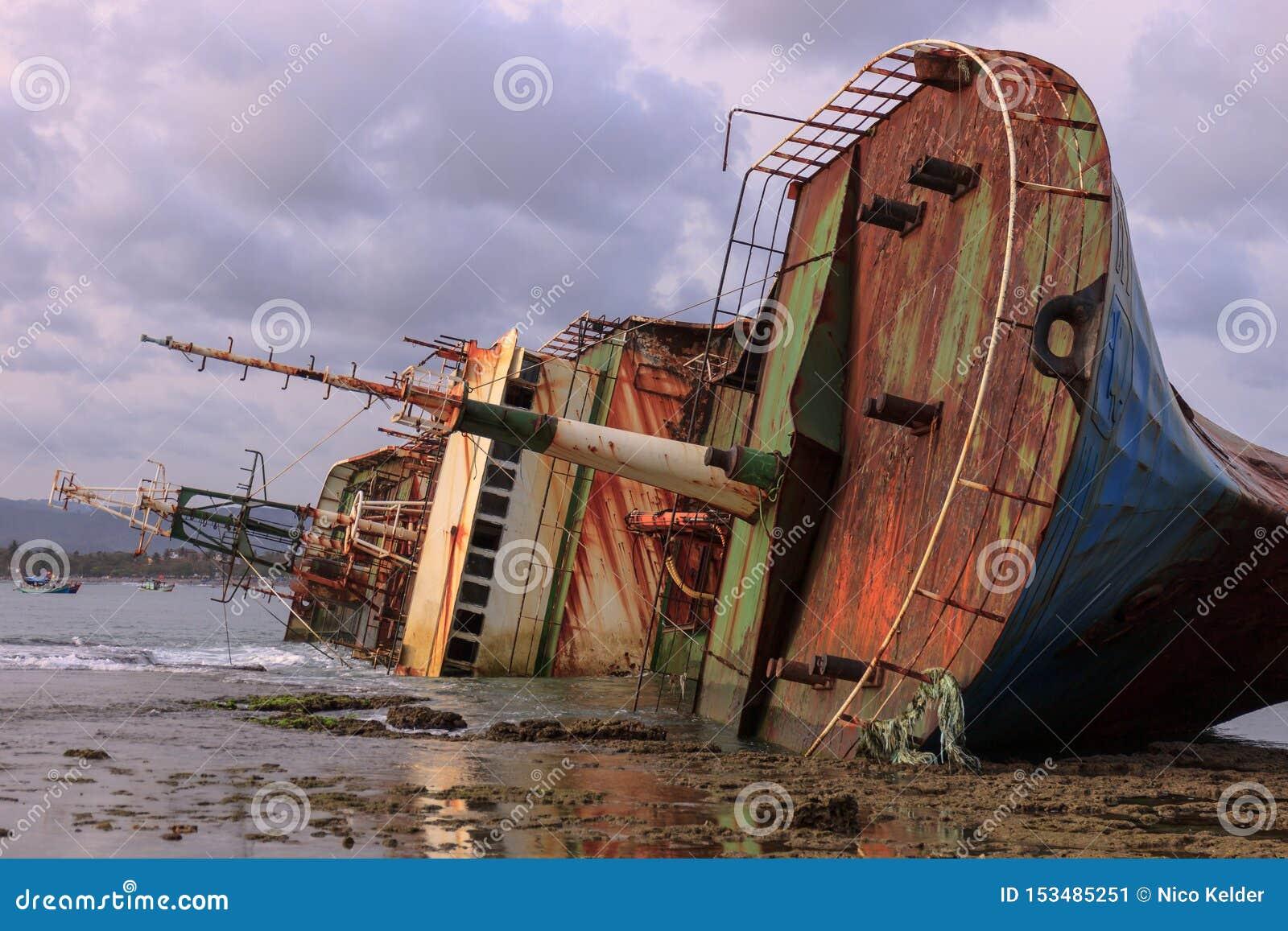 Wywracający się Bangkai Kapal FV Viking statek
