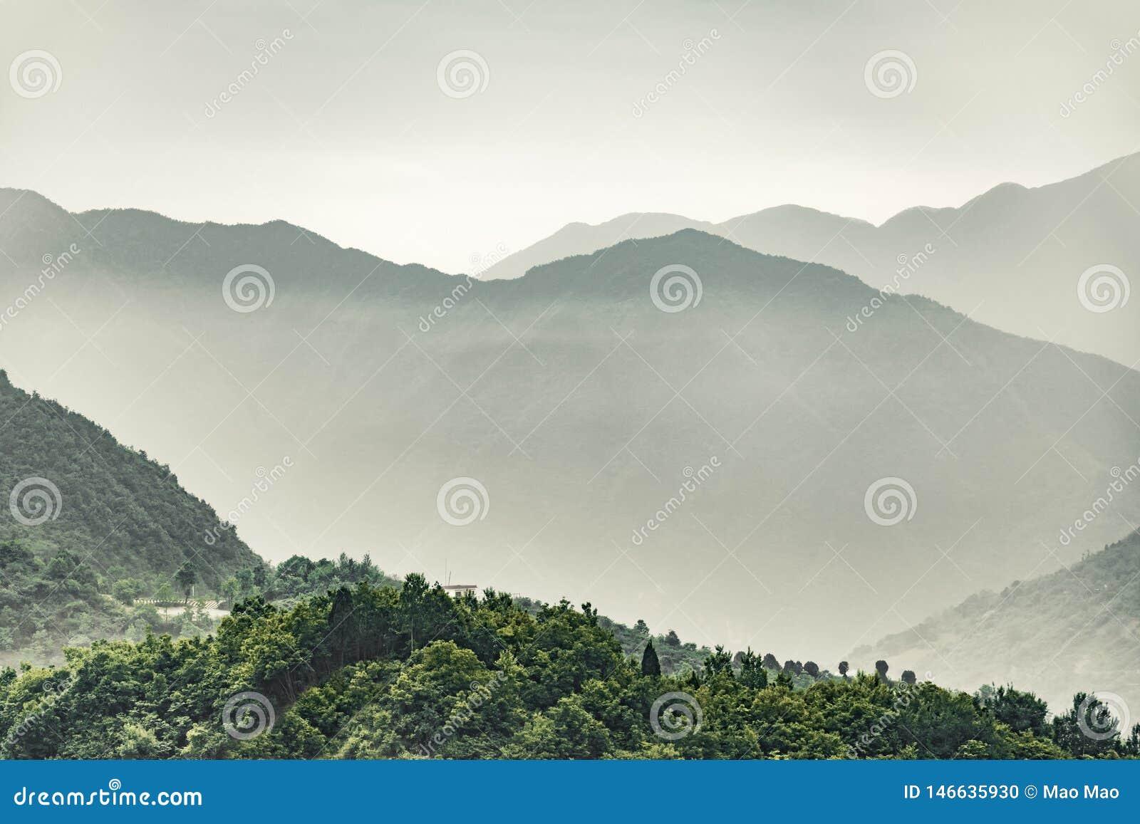 Wzór odległe Qinling góry warstwy przy zmierzchem
