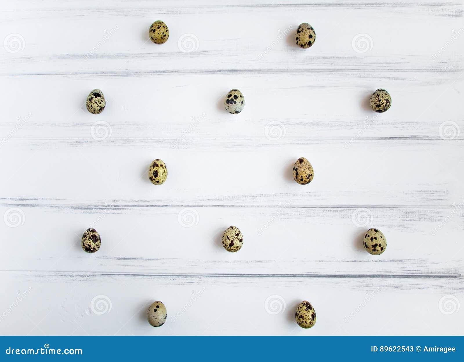 Wzór z przepiórek jajkami na białym drewnianym rocznika stole Mieszkanie nieatutowy, odgórny widok
