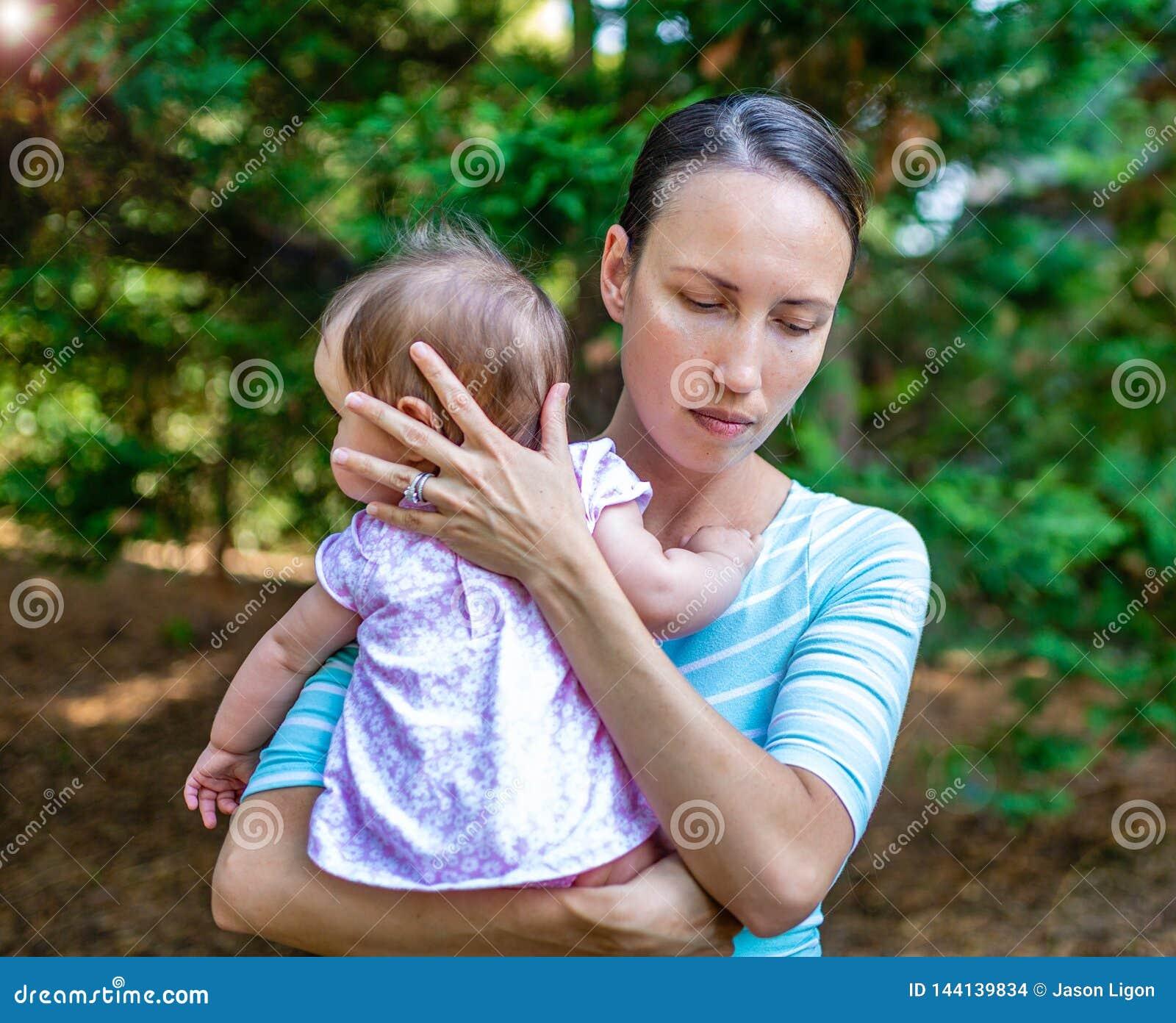 Wzburzona matka Ochrania Jej córki