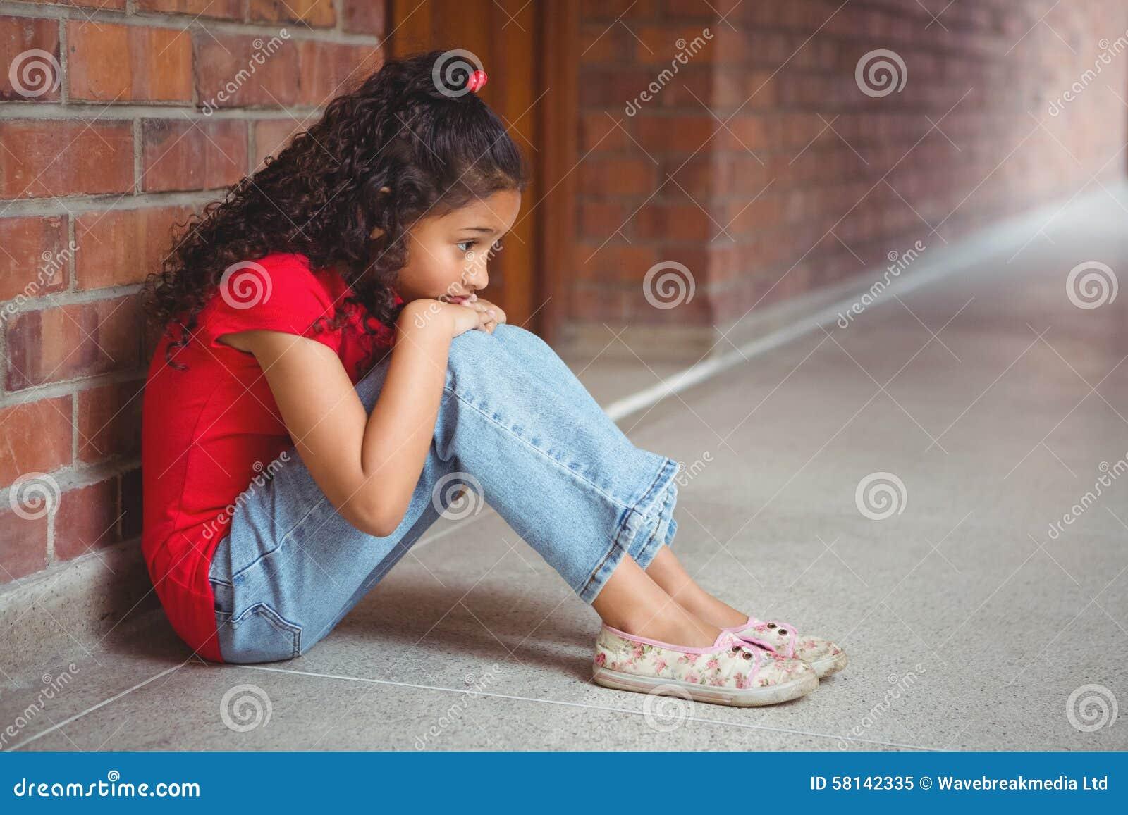 Wzburzony osamotniony dziewczyny obsiadanie ona