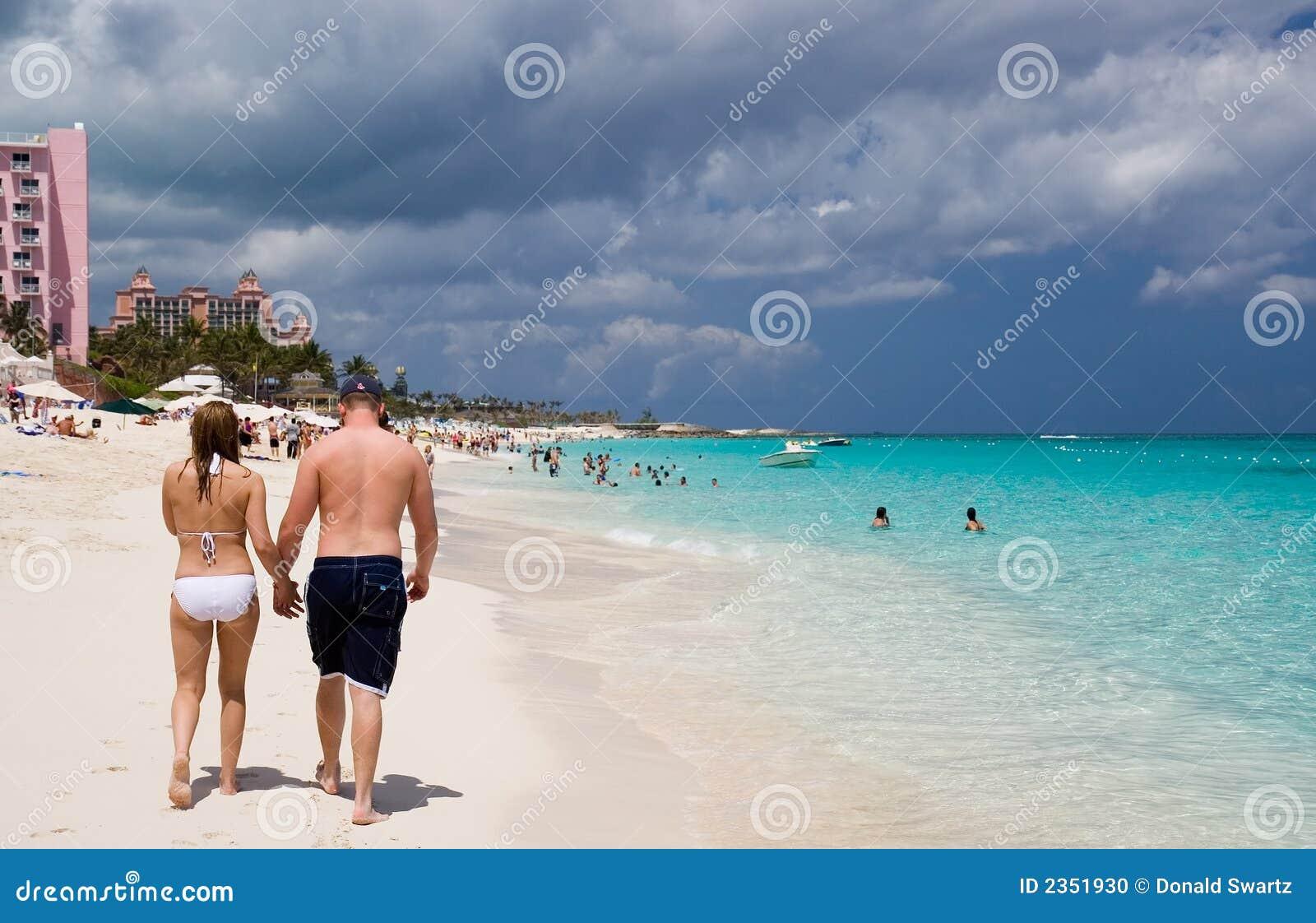 Wzdłuż plaży chodzącym pary