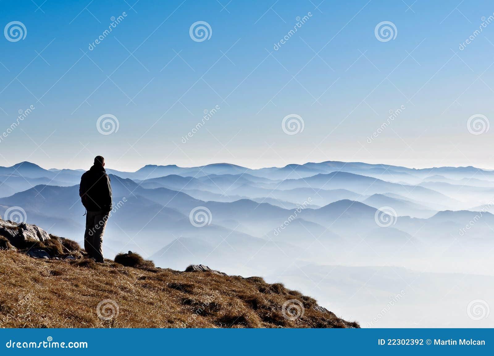 Wzgórza obsługują mglistą halną sylwetkę